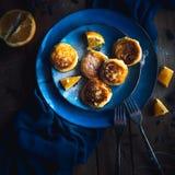 Alimento Torte di formaggio della prima colazione in un piatto decorato con le arance immagini stock