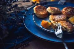 Alimento Torte di formaggio della prima colazione in un piatto decorato con le arance fotografia stock