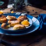 Alimento Torte di formaggio della prima colazione in un piatto decorato con le arance fotografie stock libere da diritti