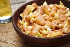 Alimento tradicional canadense com fritadas, queijo de Poutine Quebeque de coalho, molho fotografia de stock
