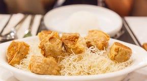 Alimento tradicional chinês tailandês: Fried Gold Crab Meat Rolls profundo em folhas do tofu com molho de ameixa doce Aperitivo o fotografia de stock