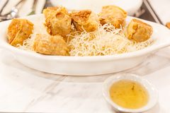Alimento tradicional chinês tailandês: Fried Gold Crab Meat Rolls profundo mim imagem de stock