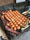 Alimento tradicional da rua de Tailândia: Grelhado/Roasted ovos da galinha, taros doces, peixes da cavala e milho no fogão da gra imagem de stock