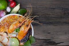 Alimento tradicional da sopa ?cida picante da sopa de Tom Yum Goong ou do camar?o em Tail?ndia foto de stock