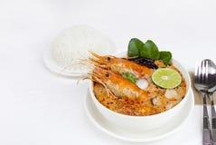 Alimento tradicional da sopa ?cida picante da sopa de Tom Yum Goong ou do camar?o em Tail?ndia fotos de stock royalty free