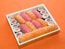 Alimento tradicional de Japón - rodillos y sushi Fotografía de archivo libre de regalías