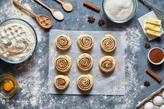 Alimento tradicional doce da pastelaria dos rolos de canela ou da preparação crua caseiro da massa da receita do cinnabon dos bol Fotos de Stock Royalty Free