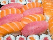 Alimento tradicional japonés - rodillos y sushi Imagen de archivo
