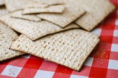 Alimento tradicional judaico, pão ázimo do matzoth sob a forma dos grandes biscoitos imagem de stock