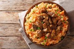 Alimento tradicional mexicano: arroz cozinhado com tomates, ervilhas verdes foto de stock