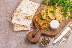 Alimento tradizionale casalingo w di celebrazione di Chanukah dei pancake di patata fotografia stock
