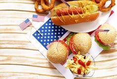 Alimento tradizionale del hot dog, delle patate fritte e degli anelli di cipolla per la celebrazione del 4 luglio Fotografie Stock