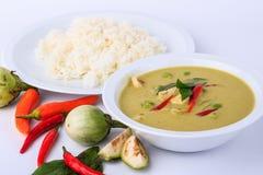 Alimento tradizionale e popolare tailandese, minestra intensa del pollo del curry tailandese di verde su fondo bianco Fotografie Stock