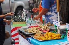 Alimento tradizionale TAILANDESE della via nello stile di vita del centro autentico delle città Immagine Stock