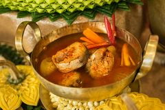 Alimento tradizionale tailandese nominato in ` tailandese di Pla-tod del som di Gaeng del `, minestra acida rossa autentica del c fotografie stock