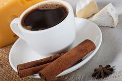 Alimento - um copo do café quente perfumado e de um queijo delicioso Imagens de Stock Royalty Free