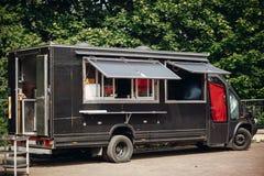 Alimento van truck Camion mobile nero alla moda dell'alimento con gli hamburger e l'alimento asiatico al festival dell'alimento d fotografie stock