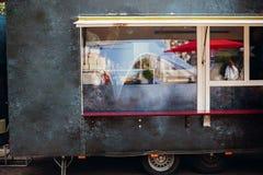 Alimento van truck Camion mobile nero alla moda dell'alimento con gli hamburger e l'alimento asiatico al festival dell'alimento d fotografia stock libera da diritti