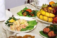 Alimento vario saporito sulla tavola festiva servita immagini stock libere da diritti