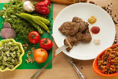 Alimento vegetariano contro carne Fotografia Stock Libera da Diritti