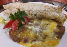 Alimento vegetariano del ristorante messicano autentico con i fagioli ed il formaggio - una cena tipica di Frijoles Queso del bur immagine stock
