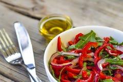 Alimento vegetariano Insalata degli ortaggi freschi, dei verdi e dei peperoni dolci rossi con olio d'oliva detox Nutrizione adegu Immagine Stock
