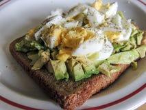 Alimento vegetariano sano El aguacate con la gama libre eggs en el pan marrón Imagen de archivo libre de regalías