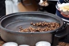 Alimento verdadeiro das proteínas dos grilos que frita na fotografia do detalhe da bandeja fotos de stock