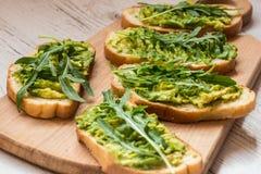 Alimento verde sano Bocadillos del vegano con el aguacate en fondo de madera Imagenes de archivo