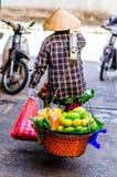 Alimento vietnamita dell'equilibrio del commerciante del mercato a Hanoi fotografia stock libera da diritti
