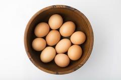 Alimento: Vista superiore delle uova di Brown in ciotola di legno isolata su fondo bianco sparato in studio Immagine Stock Libera da Diritti