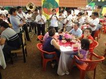 Alimento y música en el restaurante Imágenes de archivo libres de regalías
