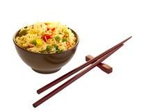 Alimento y palillos chinos. Fotografía de archivo