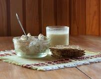 Alimento y pan de leche Fotos de archivo libres de regalías