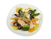 Alimento y vehículos de mar en la placa imagen de archivo