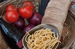 Alimento y vino italianos Espaguetis, tomate, ramo, pan, vino fotografía de archivo libre de regalías