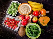 Alimentos altos da fibra em uma tabela de madeira escura Imagem de Stock Royalty Free