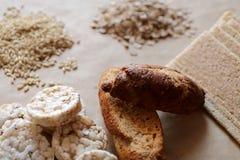 Alimentos altos en carbohidrato Consumición sana, concepto de la dieta Pan, tortas de arroz, arroz moreno, avena Imágenes de archivo libres de regalías