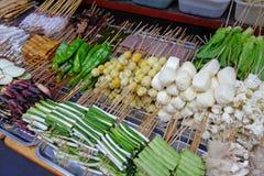 Alimentos asados a la parilla de la calle Imagen de archivo libre de regalías