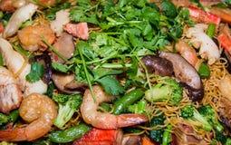 Alimentos asiáticos do partido com o camarão e o arroz pegajoso coloridos Imagem de Stock