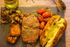 Alimentos coloridos, saudáveis, estilo de vida ocupado para o homem de trabalho, bife, cozinhado em Olive Oil orgânica, oréganos, imagens de stock royalty free
