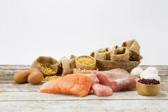 Alimentos da dieta e do nutriente na tabela de madeira imagens de stock