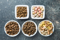 Alimentos de cão diferentes imagens de stock