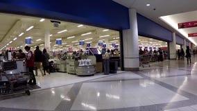 Alimentos de compra do cliente no contador de verificação geral do superstore video estoque