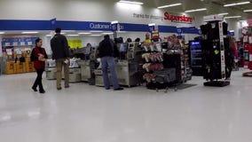 Alimentos de compra do cliente no contador de verificação geral do superstore dentro da alameda da metrópole filme