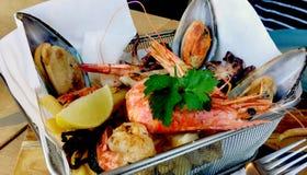 Alimentos de mar da mistura servidos deliciosamente imagem de stock