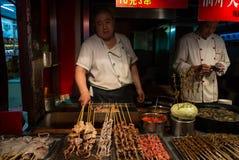 Alimentos de petisco tradicionais da vida noturno do Pequim imagem de stock royalty free