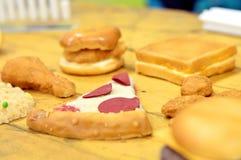 Alimentos de preparación rápida altos en la grasa y el carbohidrato colocados en la tabla fotos de archivo libres de regalías