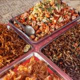 Alimentos de preparación rápida asiáticos en el mercado camboyano Imagen de archivo