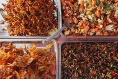 Alimentos de preparación rápida asiáticos en el mercado camboyano Fotografía de archivo